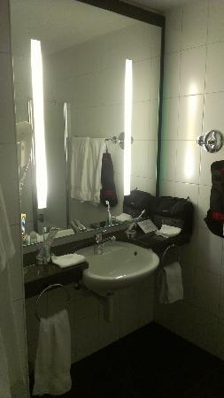 Hotel Perren : Bad mit grossem Spiegel (neu)