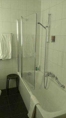 Hotel Perren : Badewanne mit Duschwand (neu)
