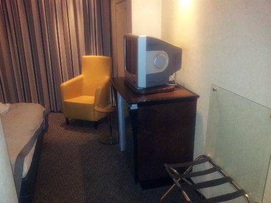 Steigenberger Airport Hotel Frankfurt: TV and fridge