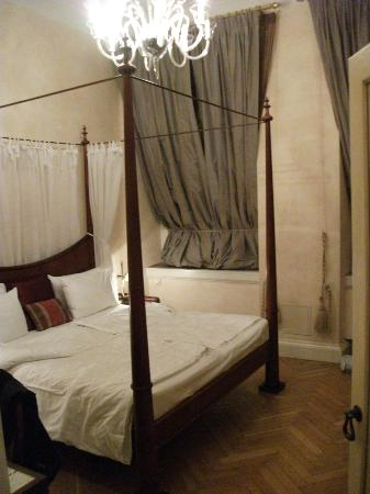 Pachtuv Palace: Four poster bed
