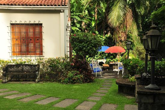 Casa Beleza: The garden and breakfast area