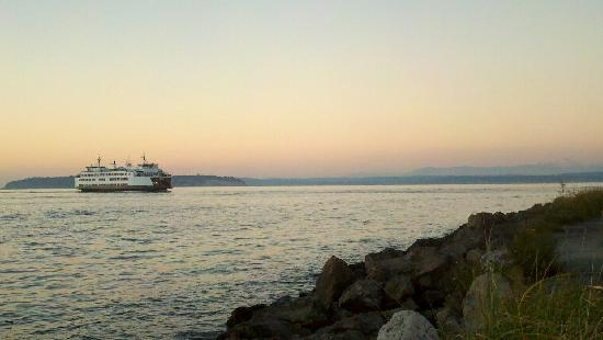 Mukilteo Lighthouse Park : View of ferry and Cascade Mountains from Lighthouse Park