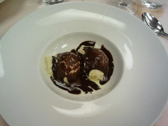 La Peseta Restaurante Hotel: Helado de vainilla natural con chocolate caliente