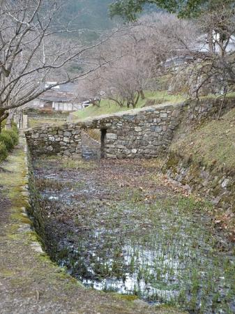お堀にかかった小さな橋