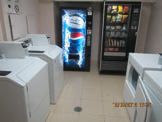 Quality Hotel Dorval Aeroport: washing machine and dryer in hotel for guests