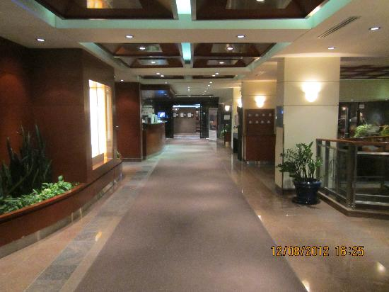 Quality Hotel Dorval Aeroport: Hallway of main entrance