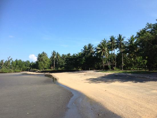 Tasik Ria Resort Manado: calm and clear waters in front of the resort