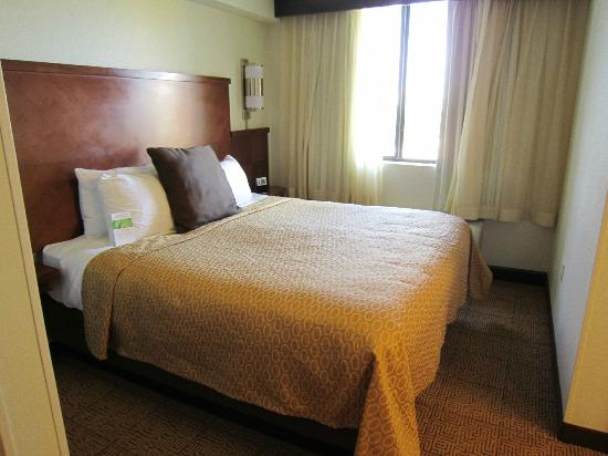 Hyatt Place Fort Lauderdale / Plantation: bed with noisy ac unit