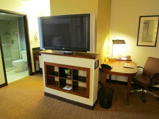 Hyatt Place Fort Lauderdale / Plantation: Desk and tv