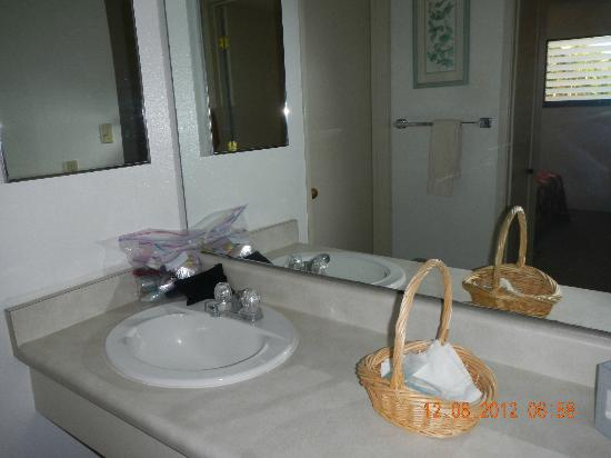 Castle Molokai Shores Resort: bath vanity