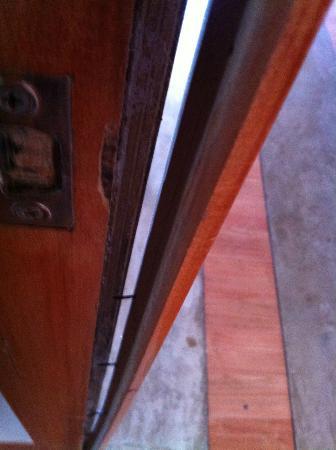 Green en Marbella Hotel: Marco de la puerta de la habitación despegándose.