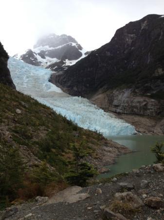 Channel of Last Hope (Ultima Esperanza): Vue sur le glacier Serrano après quelques 20 minutes de marches depuis le tout petit port de 'Pu