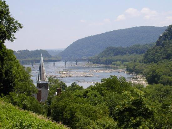 Harpers Ferry, Virgínia Ocidental: View from Jefferson's Rock down the Potomac River water gap