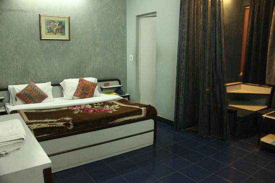 Room at Raja Hotel
