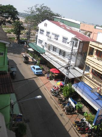 Best Western Vientiane Hotel: LOOKING DOWN FROM THE BALCONY TOWARDS THE LEFT, MEKONG RIVER AT THE FAR END.