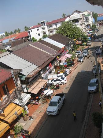BEST WESTERN Vientiane Hotel: LOOKING DOWN FROM THE BALCONY TOWARDS THE RIGHT SIDE