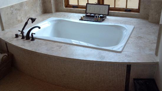 The Inn at Dos Brisas: Tub in suite