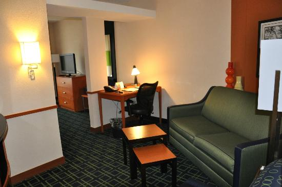 Fairfield Inn & Suites Kennett Square Brandywine Valley : Living to Bedroom-King studio