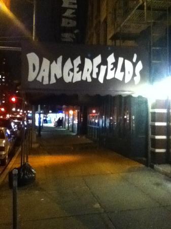 Dangerfield's: 1Avに面した入り口。