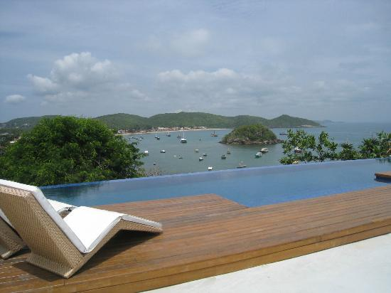 Abracadabra Pousada : The infinity pool and view of the bay.
