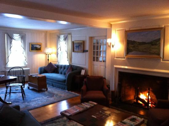 Adair Country Inn & Restaurant: Sitting lounge in front of a roaring fire.