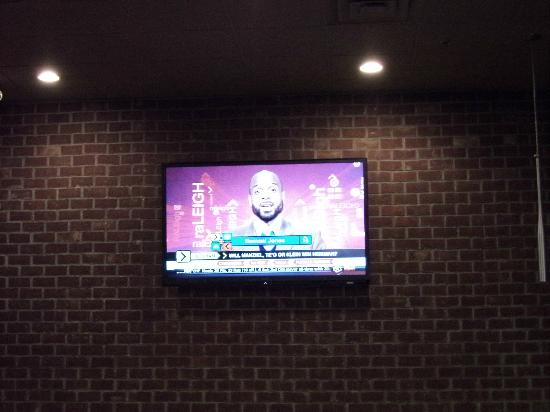 T Murphy's Sports Bar & Grill: Big screen on the wall