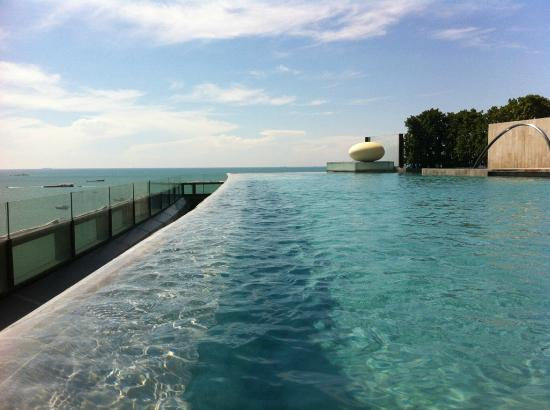 Hilton Pattaya : a view from swimming pool