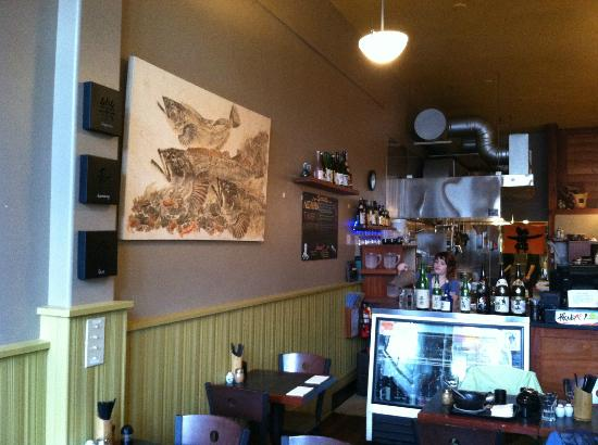 Hanazono Asian Noodle : ding area and nice art on the walls