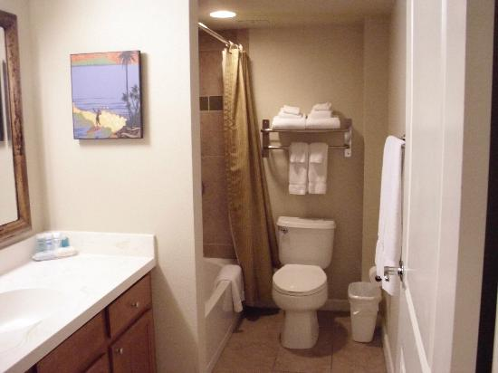 Wyndham at Waikiki Beach Walk: guest bathroom