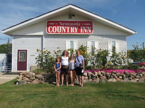 Newcastle Country Inn: outside inn