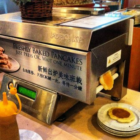 Pousada Marina Infante Hotel: pancake maker at breakfast buffet