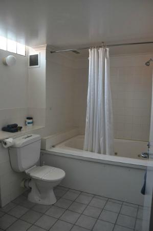 Riverboat Lodge: spa bathroom