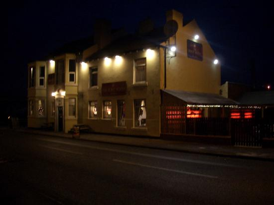 Wheldale Hotel: Nighttime view of Boot Room Sports Bar