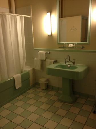 Hotel Langlois: old style huge bathroom