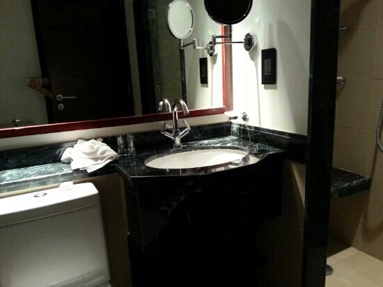 Swissotel Makkah : small bathroom