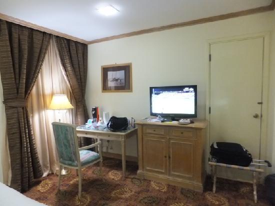 Inn & Go Kuwait Plaza Hotel: desk (room No. 1702)