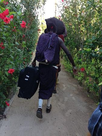 Samaki Lodge & Spa: Masai helping with luggage