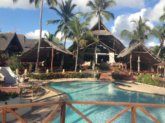 Samaki Lodge & Spa: Pool area, with dining area in back