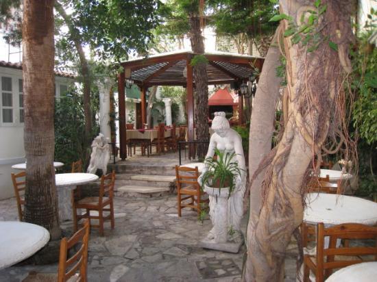 Kiniras Hotel: Garden dining area