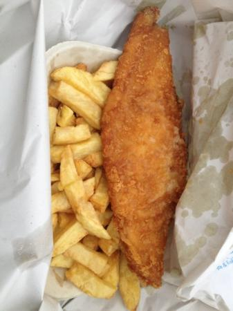Fred's Fish & Chip Shop: sitting on the beach in the freezing cold with fish and chips !!!