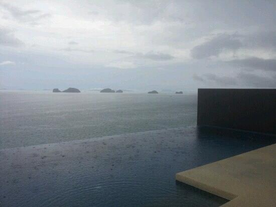 Conrad Koh Samui Resort & Spa: 1bedroom pool in rainyday
