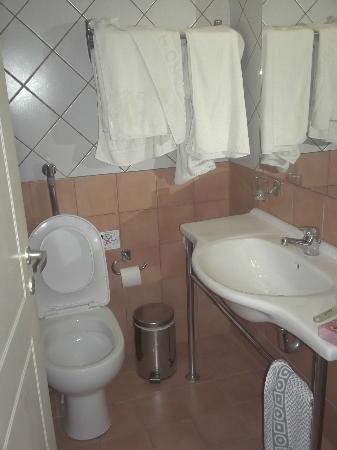 salle de bain - Picture of Bitzaro Grande Hotel, Kalamaki ...