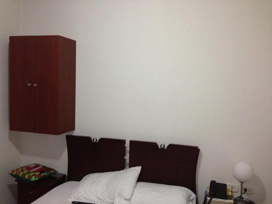 Hotel Quinta de Cabecera : la habitacion y el closet pequeñisimos