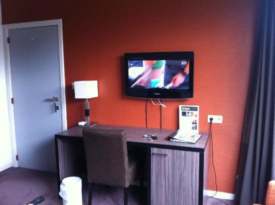 Lit face la t l vision cran plat picture of eurotel lanaken different - Discount television ecran plat ...