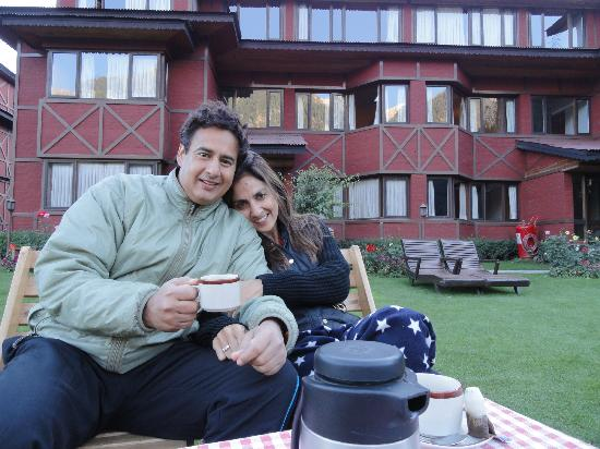 Pahalgam Hotel: The lovely lawn in front of the rooms(background)