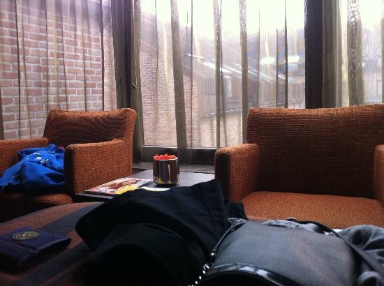 Eurotel Lanaken - Different Hotels : petit coin salon de la chambre