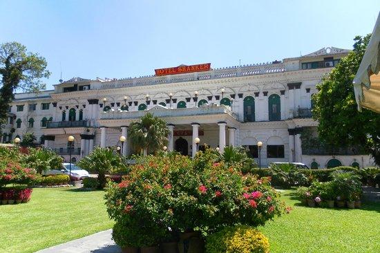 Hotel Shanker: een zicht op het hotel vanuit de tuin!