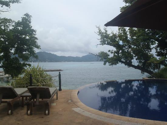 Cerf Island Resort: Aussicht vom kleinen Pool bei der Réception auf Mahé
