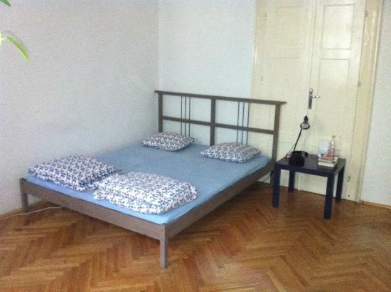 Pal's Hostel & Apartments: double bedroom shared bathroom