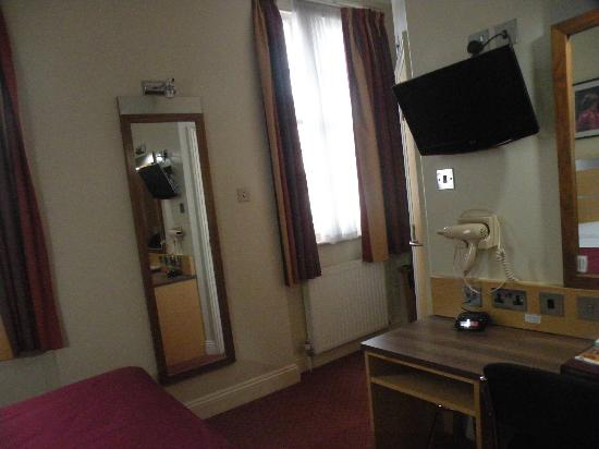 Best Western Victoria Palace: My lovely double room (the bathroom is down there, behind the TV)